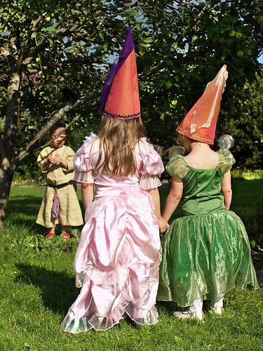 Enfants dans jardin féerique