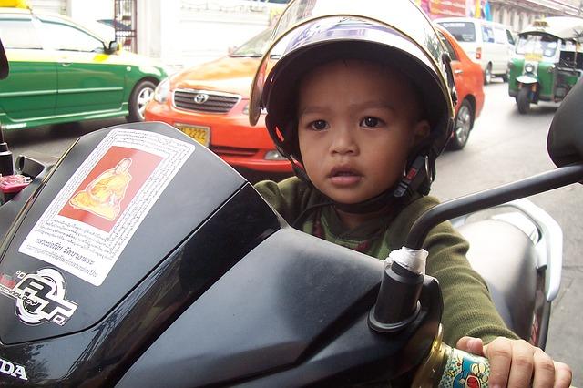 enfant à moto